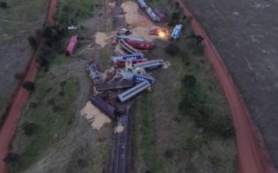 Trem com 17 vagões carregados de soja descarrila em Aparecida do Taboado