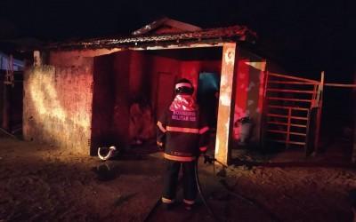 Bombeiros agem rápido e evita que cachorro morresse queimado em incêndio