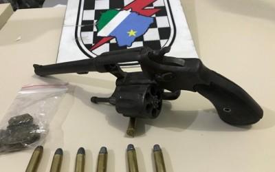 Droga, munições e revólver são apreendidos na casa da namorada de suspeito no bairro Vila Nova
