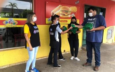"""Fiscais do """"Três Lagoas de Olho no Coronavírus"""" recebem bonés para auxiliar no serviço diário"""