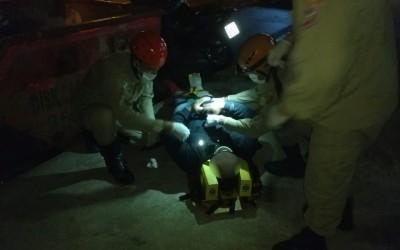 Motociclista que bateu em caçamba é socorrido pelo Corpo de Bombeiros