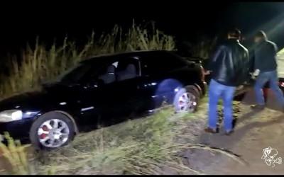 Traficantes furam bloqueio e abandonam veículo na floresta de eucalipto com 100 kg de maconha e skank