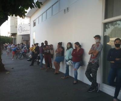 Centenas de pessoas aglomeram-se na Caixa Econômica Federal em busca de atendimento