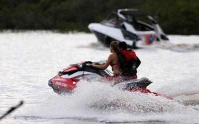 Colisão entre dois jet skis deixa uma pessoa ferida no Rio Sucuriú