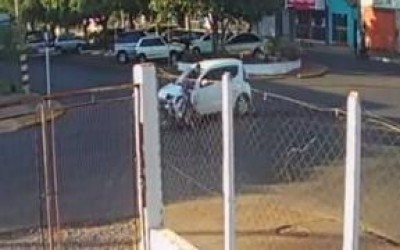 Polícia procura por motorista de Fiat Mobi que fugiu após causar acidente na área central