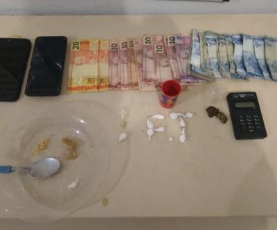 Mulher presa em flagrante por tráfico de drogas estava com celular roubado
