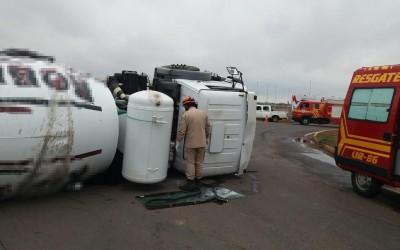 Mulher fica ferida ao tombar caminhão de concreto; rodovia na frente do shopping ficou parcialmente interditada