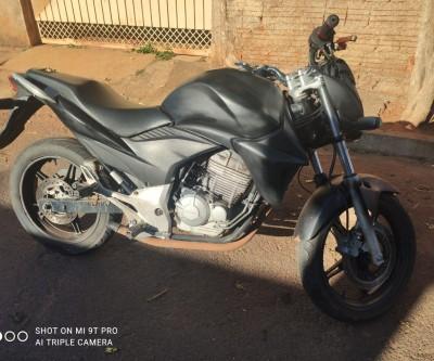 Honda CB 300 furtada é encontrada abandonada no bairro Vila Piloto