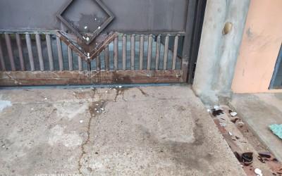 Mulher embriagada surta e joga ovos, pedras e garrafas no portão da casa da vizinha
