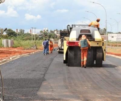 Setor de Obras da prefeitura finaliza drenagem e inicia pavimentação em avenida