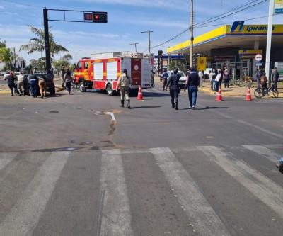 Bombeiros atendem capotamento no centro de Três Lagoas