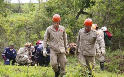 Marido tentava resgatar esposa quando caiu de altura de 8 metros em córrego nas Moreninhas