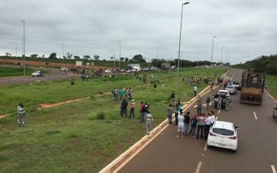 Trabalhadores interditam rodovia entre Três Lagoas e Brasilândia