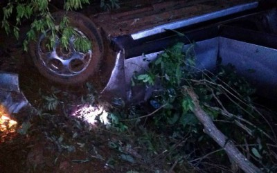 Família de Três Lagoas escapa da morte ao capotar Renault Sandero