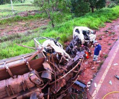 Uma pessoa morre e três ficam gravemente feridas em acidente na BR 262