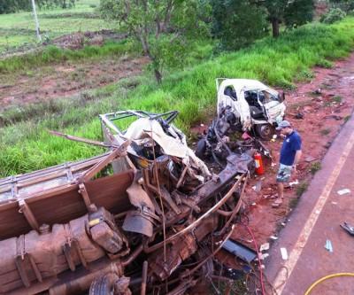 Na BR 262, uma pessoa morre e três ficam gravemente feridas em acidente