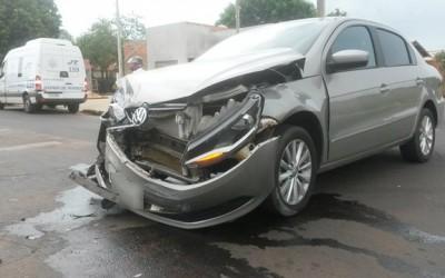 """Condutor não respeita """"PARE"""" e provoca acidente entre carros no Santa Rita"""
