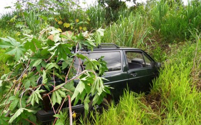 Carro furtado na madrugada é abandonado à margem de estrada