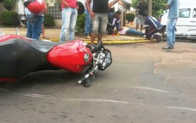 Operador de máquinas sofre possível fratura em acidente envolvendo carro e moto