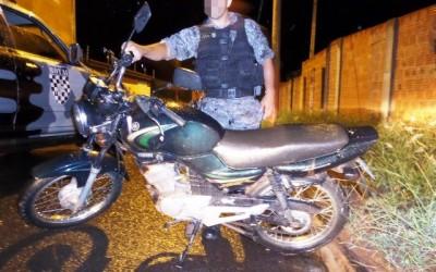 Ladrão abandona moto furtada após acabar a gasolina