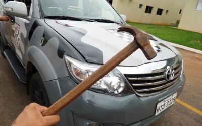 Ex ameaça mulher grávida com martelo no Novo Oeste