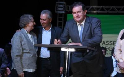 Deputado Eduardo Rocha assina convênios para repasse de emendas parlamentares