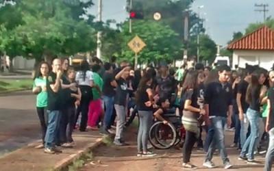 Alunos da Fernando Corrêa fazem abraço à escola, em protesto a PEC