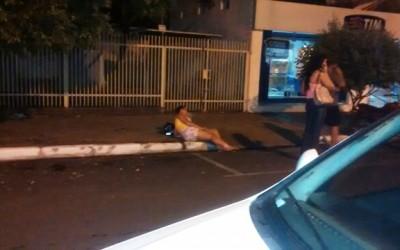 Não percebendo que seria estacionado, motociclista colide em carro e fica ferida