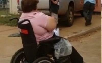 Aluna cadeirante não consegue acesso por conta de estacionamento irregular na UFMS