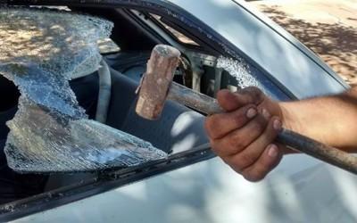 Mulher tenta dar marretada no ex e depois quebra carro