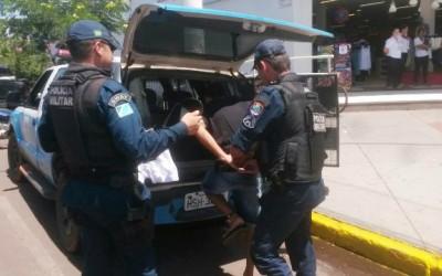 Ao sair de loja com sacola de produtos furtados, homem é preso pela PM