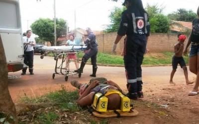 Ciclista é arremessado para o alto em acidente e fica ferido