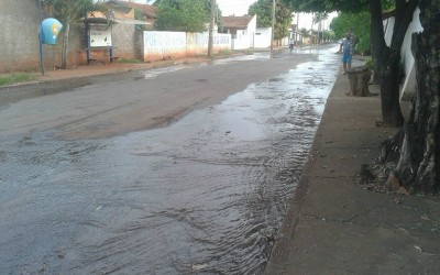 """Mesmo com a falta de água no Brasil, SANESUL """"joga"""" água pelas ruas da Vila Piloto"""