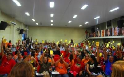 Professores suspendem greve e retomarão aulas na segunda