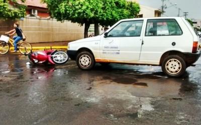 Veículo oficial da prefeitura invade preferencial e provoca acidente
