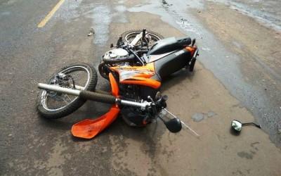 Motociclista colide na traseira de veículo e duas pessoas ficam feridas