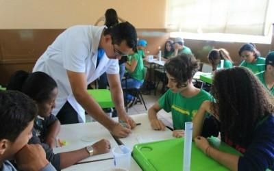 Projeto de extensão do IFMS leva prática da Química à escola pública de Três Lagoas
