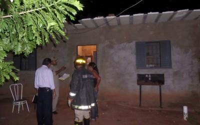 Vizinhos acionam o Corpo e Bombeiros para combater incêndio em residência