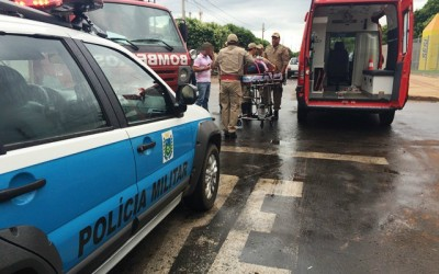 Colisão entre moto e carro no bairro Vila Nova deixa mulher ferida