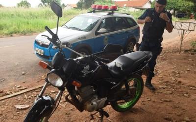 Jovem que teve sua moto furtada encontra seu veículo abandonado próximo a um clube de dança