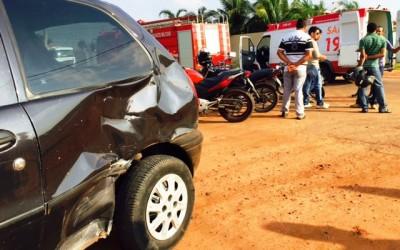 Motociclista fica ferido em acidente com Fiat Pálio