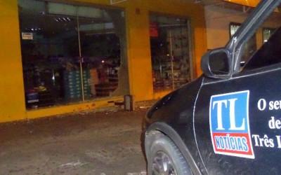 Loja de calçados no Centro é invadida na madrugada após bandidos quebrarem a vitrine