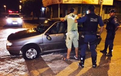 """""""Largado"""" da esposa, motorista sai para beber, bate o carro e é preso"""