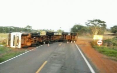 Caminhão carregado com eucalipto tomba na BR-262