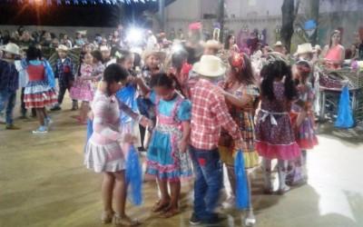 Pais, alunos e professores prestigiam festa junina da escola Filinto Müller