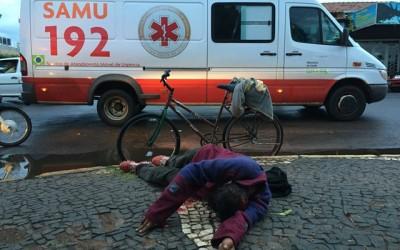 """""""Cateto"""" é agredido com bloco durante briga na praça da rodoviária"""