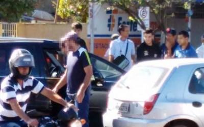 Criança esquecida trancada dentro de carro foi salva pelo pai