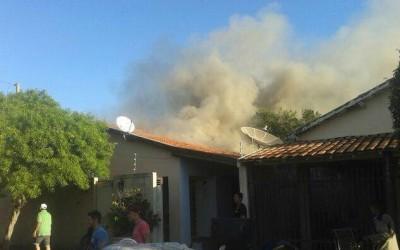 Corpo de Bombeiros é chamado para combater incêndio em residência no Colinos