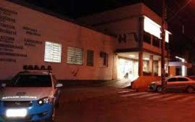 Mulher escapa da morte; amigo é baleado no peito no bairro Vila Haro