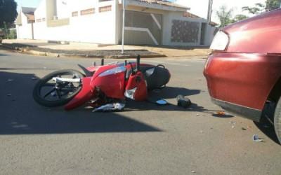 Acidente entre motocicleta e carro na Rafael de Haro deixa suspeitas de fratura de Fêmur